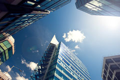 Ascendente próximo do prédio de escritórios Fotografia de Stock Royalty Free