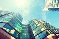 Ascendente próximo do prédio de escritórios Foto de Stock Royalty Free