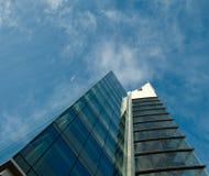 Ascendente próximo do prédio de escritórios Fotos de Stock Royalty Free