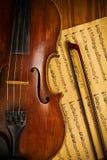 Ascendente próximo usado velho do violino e da nota Imagem de Stock Royalty Free
