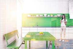 Ascendente próximo verde da sala de jantar e da cozinha do banco da mulher Imagem de Stock