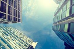Ascendente próximo do prédio de escritórios Fotos de Stock