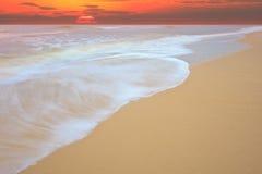 Ascensão de Sun no movimento da mostra da praia do mar da onda do mar imagem de stock
