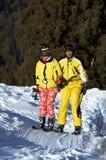 Ascensão dos esquiadores da família de Yong no elevador de esqui Imagem de Stock