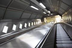 Ascensão em uma escada rolante no subterrâneo Fotografia de Stock