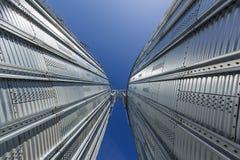 Ascenseur contre le ciel bleu images stock