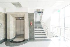 Ascenseur dans la cage d'escalier image stock