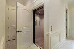 Ascenseur dans la maison de construction neuve Photo stock