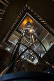 Ascenseur dans le tube en spirale et une rampe dans la place Intérieur abstrait Photographie stock libre de droits