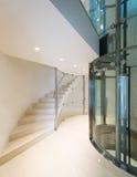 Ascenseur dans un bâtiment moderne photographie stock libre de droits
