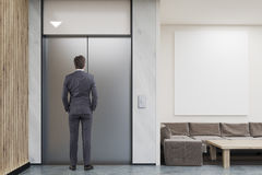 Ascenseur de attente d'homme dans le lobby de société Photo stock