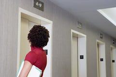 Ascenseur de attente de femme photo libre de droits