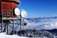 Ascenseur de chaise à une station de sports d'hiver Photographie stock libre de droits