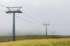Ascenseur de chaise avec le brouillard Images stock