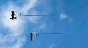 Ascenseur de chaise sur la vue de pente du fond images libres de droits