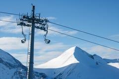 Ascenseur de chaise sur un fond des montagnes et du ciel Image libre de droits
