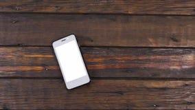 Ascenseur de grue, se relevant, téléphone se trouvant sur une belle, vieille table en bois avec l'espace de copie clips vidéos