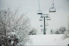 ascenseur de ski en hiver image libre de droits
