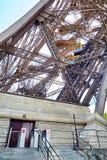 Ascenseur diagonal jaune à l'intérieur de l'appui en métal d'Eiffel photos libres de droits