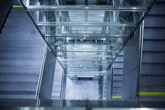 Ascenseur en verre, escalier en béton photo libre de droits