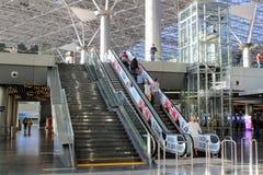 Ascenseur et escaliers de passager au deuxième plancher à l'aéroport international Moscou de Vnukovo - juillet 2017 Images stock