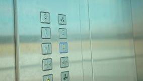 Ascenseur intérieur du bouton zéro de pressing de main d'homme clips vidéos