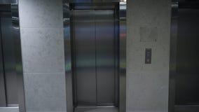 Ascenseur moderne dans un bâtiment Ascenseur dans l'immeuble de bureaux Porte fermée d'ascenseur sur le rez-de-chaussée photographie stock libre de droits