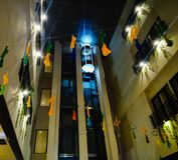 Ascenseur sur la ville de pontianak d'Aston d'h?tel images stock