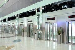 Ascenseurs déménageant en même temps l'aéroport de Dubaï photographie stock libre de droits