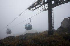 Ascenseurs de gondole dans les montagnes Photo stock
