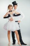 Ascenseurs de marié dans la jeune mariée de blonde de bras Image stock