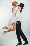 Ascenseurs de marié dans la jeune mariée de blonde de bras Photographie stock libre de droits