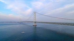 Ascensión aérea - puente de Akashi Kaikyo visto de la isla de Awaji almacen de video
