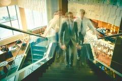 Ascensión en las escaleras de la oficina Imagen de archivo