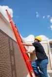 Ascensioni dell'operaio di costruzione al tetto Immagini Stock Libere da Diritti