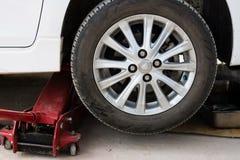Ascensore dell'automobile della ruota con Jack Fotografia Stock Libera da Diritti