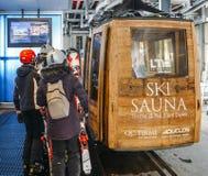 Ascensore della gondola alla stazione sciistica nell'inverno con gli sciatori e gli snowboarders - La Thuile, ` Aosta, Italia di  Fotografia Stock