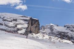 Ascensore di sci alla cima delle montagne delle alpi delle dolomia Fotografia Stock