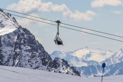 Ascensore di sci alla cima delle montagne delle alpi delle dolomia Fotografie Stock
