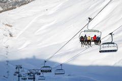 Ascensore di sci, cablechair con gli sciatori un giorno soleggiato nella stazione sciistica Valfrejus Fotografia Stock Libera da Diritti