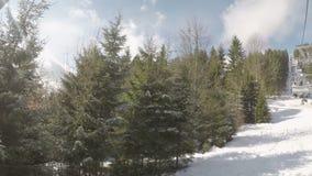 Ascensore di sci con gli sciatori video d archivio