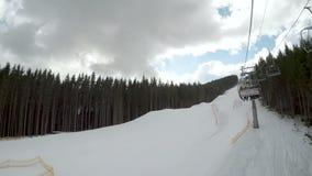 Ascensore di sci con gli sciatori stock footage
