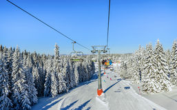 Ascensore di sci con le sedie nella località di soggiorno di Kopaonik in Serbia Immagini Stock