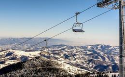 Ascensore di sci con le sedie nella località di soggiorno di Kopaonik in Serbia Immagini Stock Libere da Diritti
