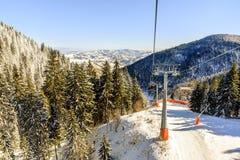 Ascensore di sci con le sedie nella località di soggiorno di Kopaonik in Serbia Fotografie Stock Libere da Diritti