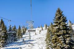 Ascensore di sci con le sedie nella località di soggiorno di Kopaonik in Serbia Fotografie Stock