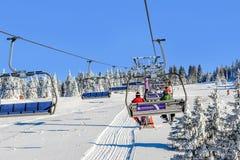 Ascensore di sci con le sedie nella località di soggiorno di Kopaonik in Serbia Fotografia Stock Libera da Diritti