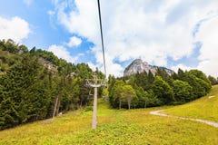Ascensore di sci della seggiovia in alpi europee Immagini Stock Libere da Diritti