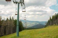 Ascensore di sci della seggiovia in alpi europee Fotografia Stock