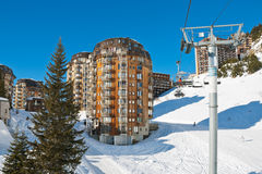 Ascensore di sci e vista della città di Avoriaz in alpi, Francia Fotografie Stock